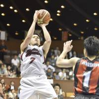 The final hurrah: Toshiba's Ryusei Shinoyama nails a game-winning jumper on Thursday in Game 2 of the NBL Finals at Yoyogi National Gymnasium No. 2. The Brave Thunders defeated the Wakayama Trians 80-78. | KYODO