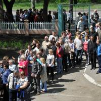 People line up at polling stations during a so-called referendum in the eastern Ukrainian city of Donetsk on Sunday called by pro-Russian rebels in Ukraine's east in an effort to split from the rest of the ex-Soviet republic. | AFP-JIJI