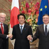 (From left) European Council President Herman Van Rompuy, Prime Minister Shinzo Abe and European Commission President Jose Manuel Barroso shake hands ahead of the EU-Japan Summit on Nov. 19 in Tokyo. | EUROPEAN UNION