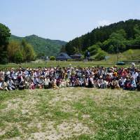 Family reunion : Ninety dogs and 155 people came to Sasayama on May 25 for a reunion for dogs who found new homes (and people who found new dogs) through the efforts of ARK staff and volunteers. | COURTESY OF ARK