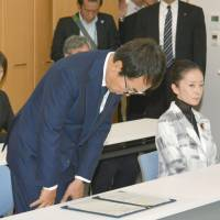 Environment Minister Nobuteru Ishihara apologizes for controversial remarks in a meeting with Futaba Mayor Shiro Izawa in Iwaki, Fukushima Prefecture, on Monday. | KYODO