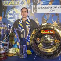 Silver service: David Blatt poses with trophies at a news conference to announce his departure from Israeli club Maccabi Tel Aviv earlier this month. | AFP-JIJI