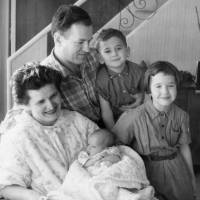 Sonia Reed, her husband and their three children at home in the United States in 1958. Reed escaped from Nazi persecution via Japan by using a transit visa issued by Japanese diplomat Chiune Sugihara in 1940.  | COURTESY OF JUDITH LERMER CRAWLEY/KYODO