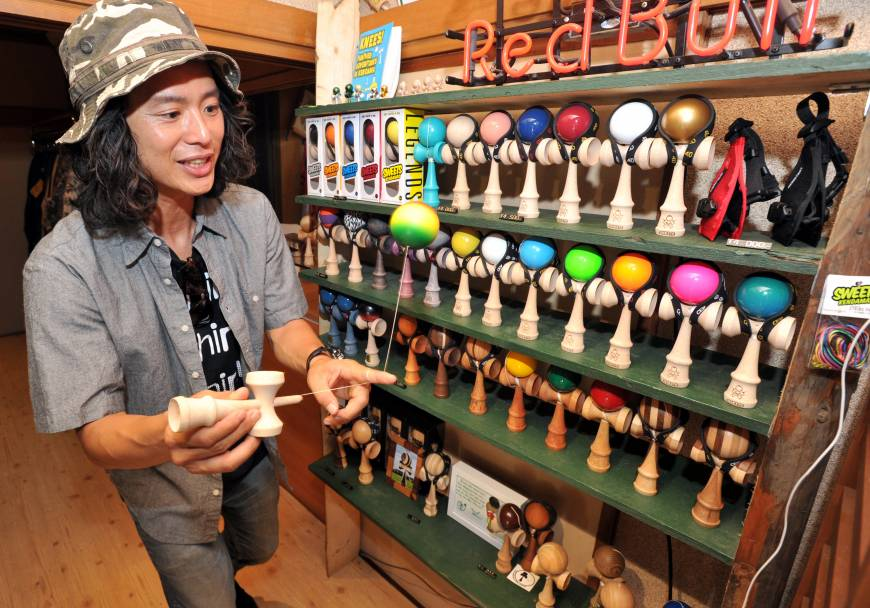 Popularity of 'kendama' abroad spurs trend at home
