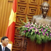 Chinese State Councillor Yang Jiechi sits in front of a bust of Ho Chi Minh during a meeting with Vietnamese Prime Minister Nguyen Tan Dung in Hanoi on Wednesday. Bilateral talks over China's stationing of an oil rig in waters claimed by both countries failed to make any progress. | AFP-JIJI
