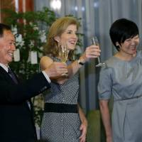 Actor George Takei (left), U.S. Ambassador to Japan Caroline Kennedy (center), and Prime Minister Shinzo Abe's wife Akie Abe raise a toast during a reception at Kennedy's official residence on Thursday in Tokyo. | POOL