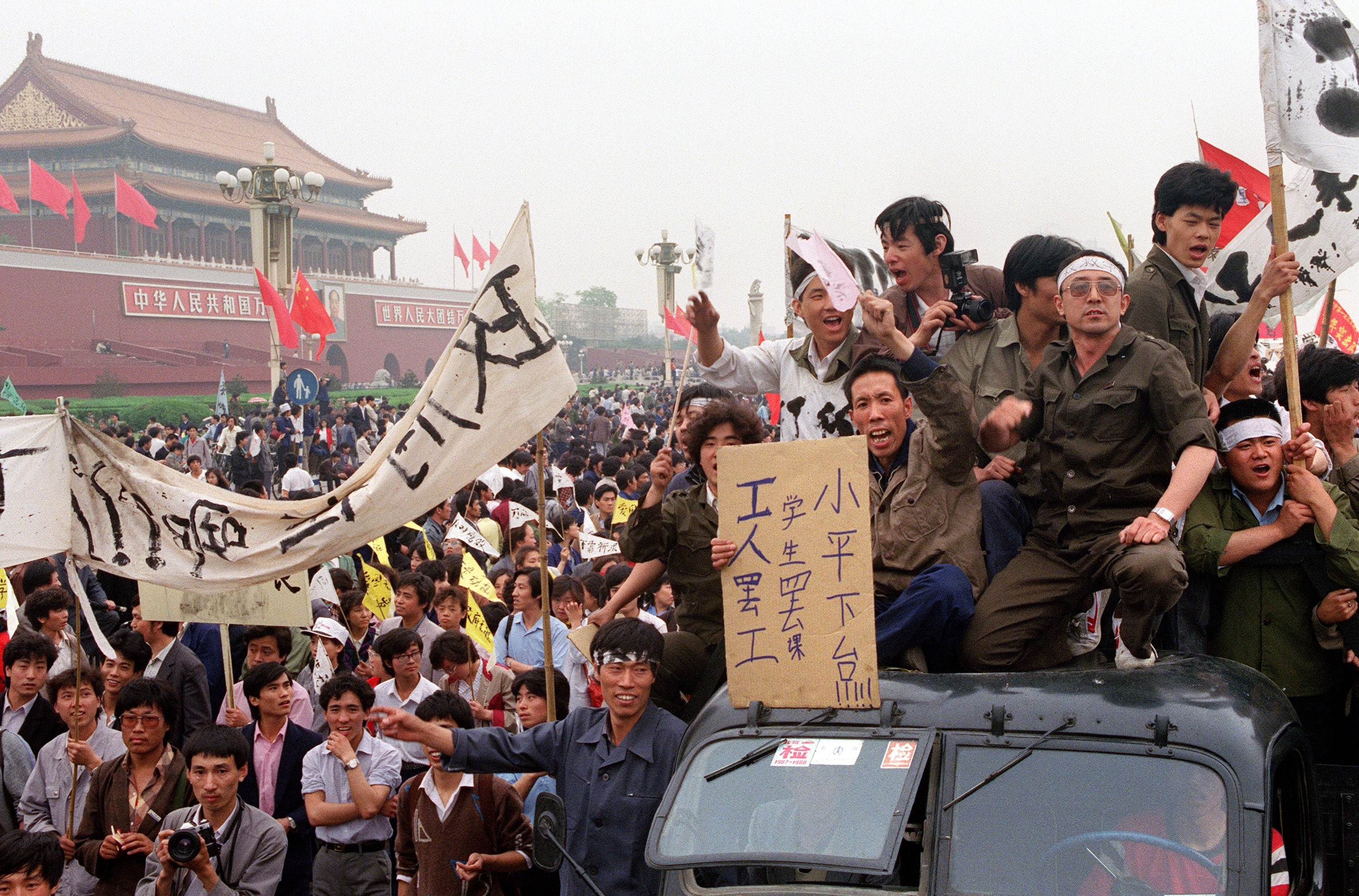 Chinese workers fill the streets of Beijing to support the student-led pro-democracy movement on May 18, 1989.   AFP-JIJI