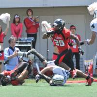 Ground attack: Fujitsu's Geno Gordon (29) became a key running threat in his second season with the Frontiers, scoring six touchdowns this spring. HIROSHI IKEZAWA