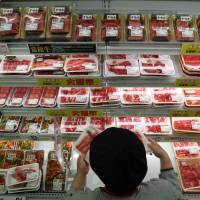The price of Australian beef at supermarkets such as this Aeon Co. store in Chiba reflects a 38.5 percent import tariff. | BLOOMBERG