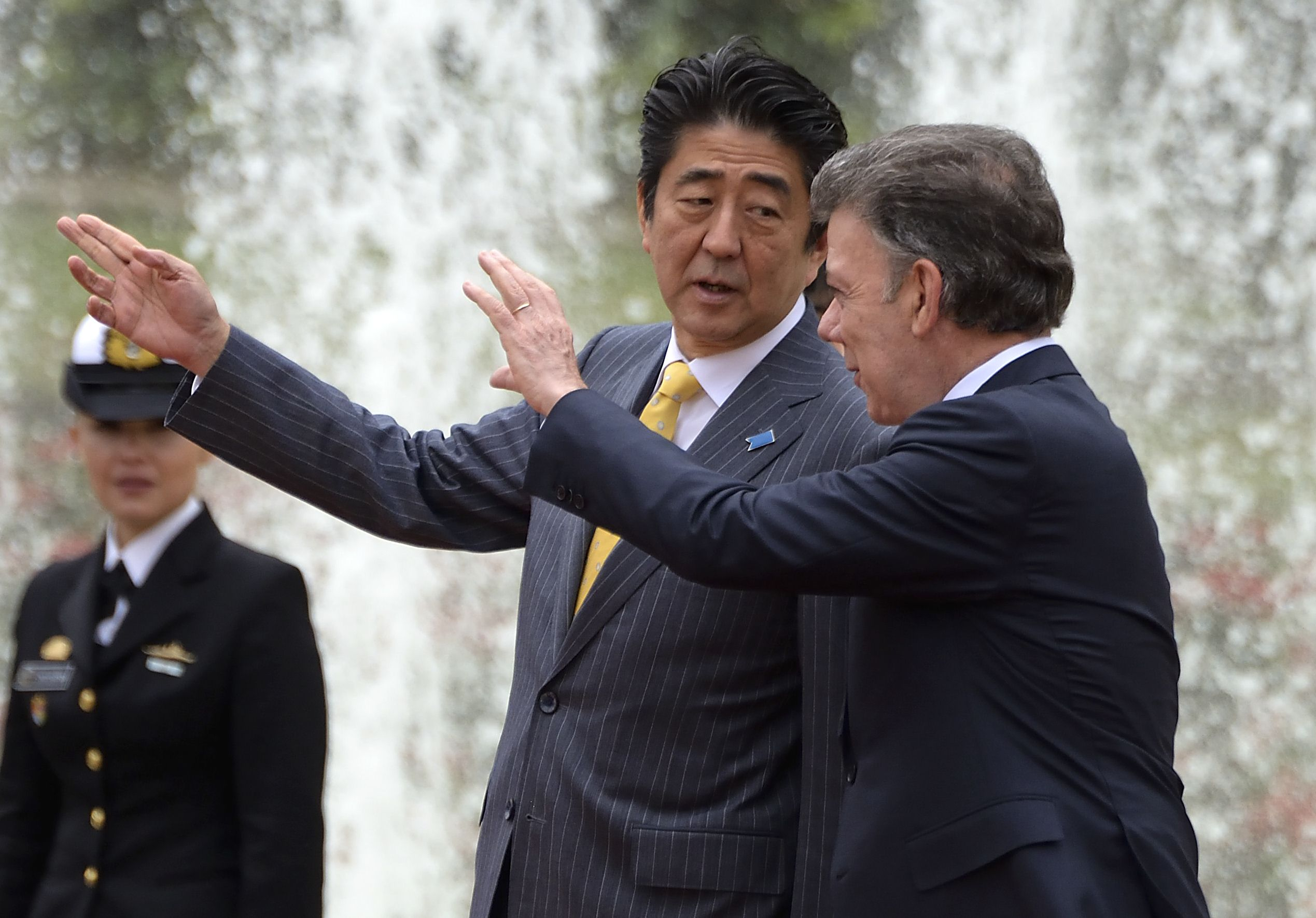 Prime Minister Shinzo Abe chats with Colombian President Juan Manuel Santos during a welcoming ceremony at Narino Palace in Bogota on Tuesday. | AFP-JIJI