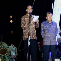 Joko Widodo, Indonesia's president-elect, left, delivers his victory speech accompanied by Jusuf Kalla, his vice president, in Jakarta on Tuesday.   BLOOMBERG