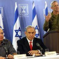 Israeli Prime Minister Benjamin Netanyahu, flanked by army Chief of Staff Benny Gantz (right) and Defense Minister Moshe Yaalon, holds a joint press conference at the Defense Ministry in Tel Aviv on Sunday. Netanyahu said Israelis must be ready for a long military campaign in Gaza.   AFP-JIJI