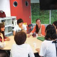 Students and a teacher chat at the English Salon.  | KYORIN UNIVERSITY