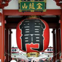 Sensoji Temple's Kaminarimon Gate is a popular photo spot for tourists. | SATOKO KAWASAKI