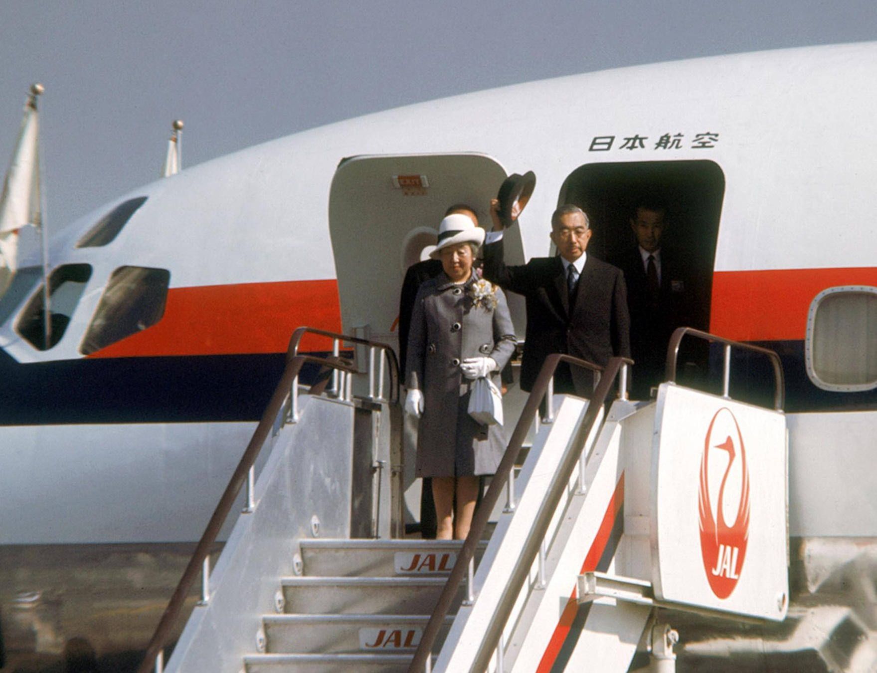 Emperor Hirohito and Empress Nagako board a plane at Tokyo's Haneda airport bound for Europe in September 1971. | KYODO