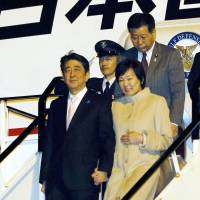Prime Minister Shinzo Abe and his wife Akie arrive Sunday in Auckland, New Zealand, on the first leg of a three-nation tour of Oceania that will also include Australia and Papua New Guinea. | KYODO