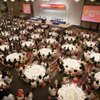 Some 800 men and women at the 19th International Conference for Women in Business on Sunday discuss how Japan can change its rules and embrace diverse working styles. | EWOMAN INC.