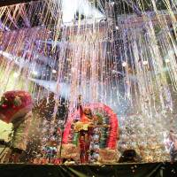 Raining streamers: The Flaming Lips put on a colorful show at the Green Stage on Sunday.   CHIEKO KATO