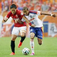 Paint it red: Ryota Moriwaki (left) and Urawa Reds beat Albirex Niigata on Saturday to stay top of the J. League table. | KYODO