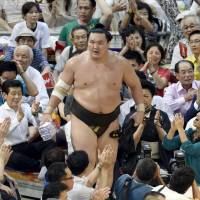 Stellar work: Hakuho finishes the Nagoya Grand Sumo Tournament with a 13-2 record. | KYODO