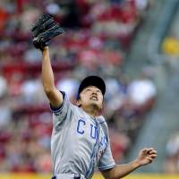 Up, up, and away: Cubs starter Tsuyoshi Wada attempts to make a catch on Sunday in Cincinnati. | KYODO