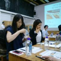Participants make natural coconut oil toothpaste. | CHIHO IUCHI