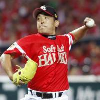 Returning to work: Hawks left-hander Kenji Otonari, making his first start in more than a year, throws seven innings of three-hit, one-run ball on Sunday against the Buffaloes at Yafuoku Dome. Fukuoka Softbank defeated Orix 3-2.  | KYODO
