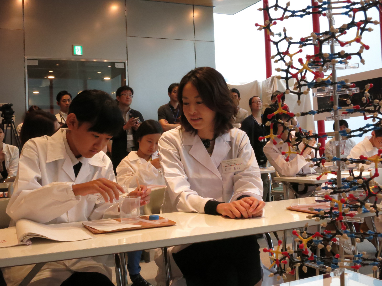 Families at an informational workshop on DNA hosted by DeNA Co. at the University of Tokyo's Institute of Medical Science try an experiment on Wednesday to see their own DNA.   KAZUAKI NAGATA