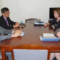 Hiroshi Oe (left), Japan's deputy chief negotiator for the Trans-Pacific Partnership pact, and Wendy Cutler (right), acting deputy U.S. trade representative, meet in Washington on Monday to negotiate market access for agricultural products. | POOL