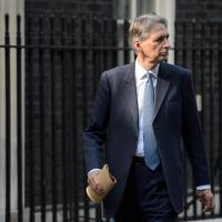 British Foreign Secretary Philip Hammond leaves Downing Street on Wednesday after a meeting to discuss the ongoing crisis involving the Islamic State radical group.  British Prime Minister David Cameron broke off his holiday the same day for talks on the threat posed by Islamic State jihadists following the 'shocking and depraved' apparent beheading of U.S. journalist James Foley. | AFP-JIJI