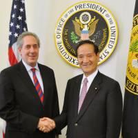 Koya Nishikawa, whom Prime Minister Shinzo Abe is considering picking as his new farm minister in Wednesday's Cabinet reshuffle, is greeted by U.S. Trade Representative Michael Froman in Washington in July. | KYODO