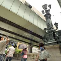 An ornate statue marks the middle of Nihonbashi Bridge, which was a prominent landmark in the capital's development. | YOSHIAKI MIURA