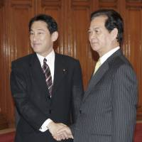 Foreign Minister Fumio Kishida (left) is greeted in Hanoi on Aug. 1 by Vietnamese Prime Minister Nguyen Tan Dung. | KYODO