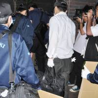 Police Thursday enter the home of the father of the girl suspected of killing her classmate in Sasebo, Nagasaki Prefecture. The suspect had been living there before April. | KYODO