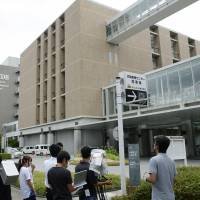 Journalists gather outside a Riken institute building in Kobe, Hyogo Prefecture, on Tuesday after researcher Yoshiki Sasai committed suicide. | KYODO