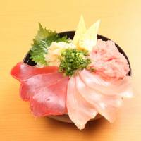 Suruga Bay Numazu SA's proximity to the sea means generous servings of maguro dzukushi (assorted tuna) at Samasa Suisan.