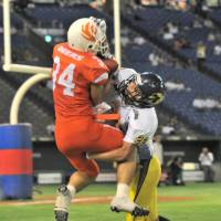 Up for grabs: Deers receiver Yuto Fujimori catches a 26-yard pass from Shohei Kato in the end zone with 38 seconds left in the second quarter. The Deers beat the Lions 31-28. | HIROSHI IKEZAWA