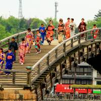 Women cross Kintaikyo Bridge wearing kimono for the festival. | ANGELES MARIN CABELLO