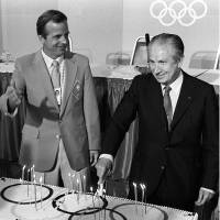 Strong leadership: Peter Ueberroth (left), seen with then-IOC president Juan Antonio Samaranch, was the chairman of the 1984 Los Angeles Olympic Committee, which ran the first privately funded Olympiad. | KYODO