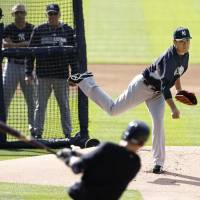 Minor setback: Yankees hurler Masahiro Tanaka pitches during a practice sesssion on Thursday in Detroit. | KYODO