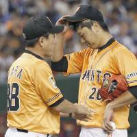 Back in the swing of things: Yomiuri manager Tatsunori Hara (left) talks to starting pitcher Tetsuya Utsumi on the mound during the sixth inning of the Giants' 3-1 win over the Carp on Saturday. | KYODO