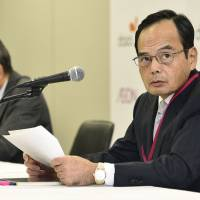 Motoya Okada (right), president of Aeon Co., announces the company's plan to acquire the remaining stake in rival Daiei Inc., at a news conference on Wednesday. Daiei President Shohei Murai is at left.   KYODO