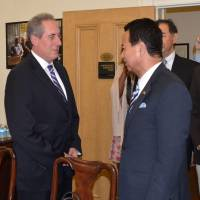 Akira Amari, minister in charge of the Trans-Pacific Partnership initiative, and U.S. Trade Representative Michael Froman get together Tuesday in Washington.   KYODO