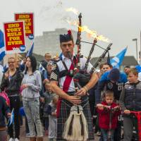A bagpiper leads a pro-Scottish independence rally in the suburbs of Edinburgh on Thursday during Scotland's independence referendum. | AFP-JIJI