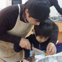 Bonding moments: A father helps his son prepare a French toast topping at the Gender Equality Center in Nishinomiya, Hyogo Prefecture. | AIMI NAKANO