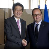 French President Francois Hollande meets Wednesday with Prime Minister Shinzo Abe during the 69th United Nations General Assembly in New York.   AFP-JIJI