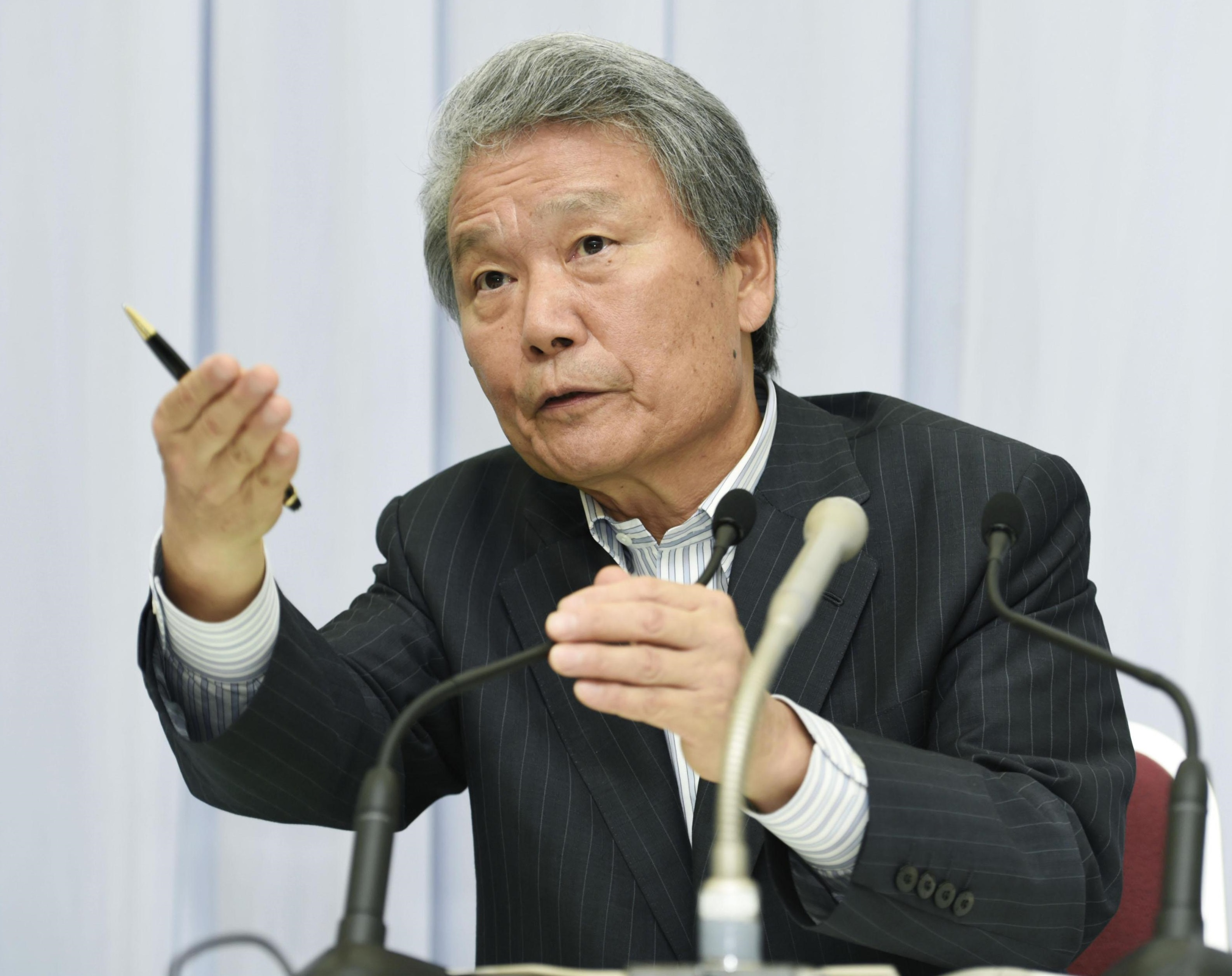 Keidanren Chairman Sadayuki Sakakibara holds a news conference Monday in Tokyo. The country's largest business lobby will urge its 1,300 member companies for the first time in five years to resume political donations.   KYODO