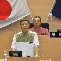 Naha Mayor Takeshi Onaga announces he will run in the Okinawa gubernatorial election at the Naha Municipal Assembly on Wednesday. | KYODO