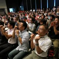 A crowd cheers on Kei Nishikori during his U.S. Open final match at a public viewing event in Tokyo's Roppongi district on Tuesday. | KAZUAKI NAGATA