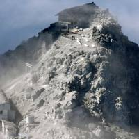 Rescue teams suspend search on Mount Ontake as tremors worsen
